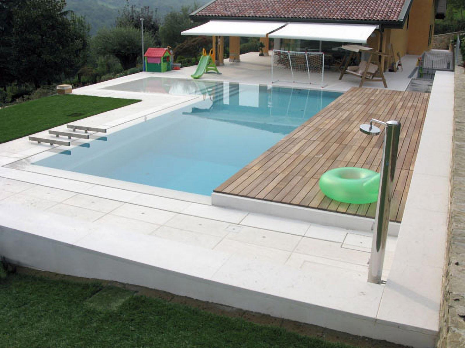 01 - Un elegante piscina a sfioro, abitare pavimenti, classica, pietra della lessinia bianca, abitazioni, lastricato, scale